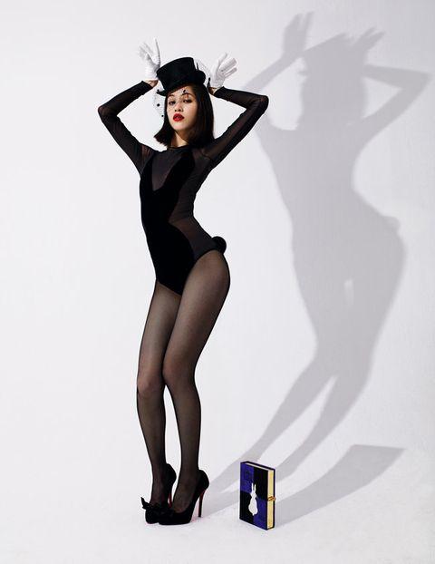 Shoulder, Human leg, Joint, Standing, Waist, Knee, Wrist, Thigh, Black hair, Fashion model,