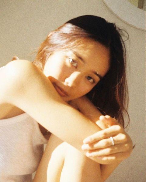 Finger, Lip, Hairstyle, Skin, Shoulder, Eyebrow, Elbow, Wrist, Joint, Eyelash,
