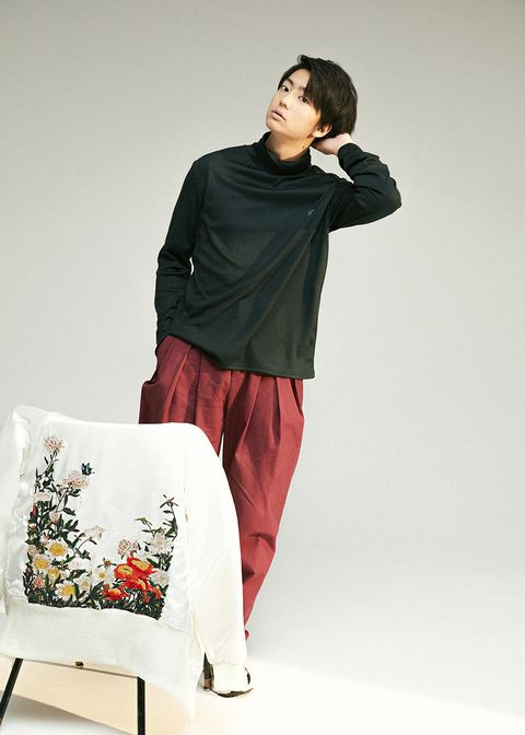 Sleeve, Shoulder, Textile, Elbow, Carmine, Knee, Visual arts, Fashion design, Photo shoot, Active shirt,
