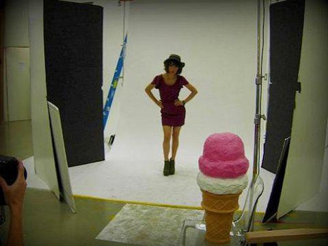Shoulder, Human leg, Standing, Ice cream cone, Knee, Ice cream, Door, One-piece garment, Sorbetes, Dessert,