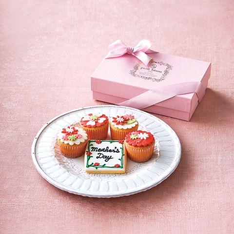 Food, Sweetness, Cuisine, Petit four, Pink, Dessert, Baked goods, Dish, Cake, Party favor,