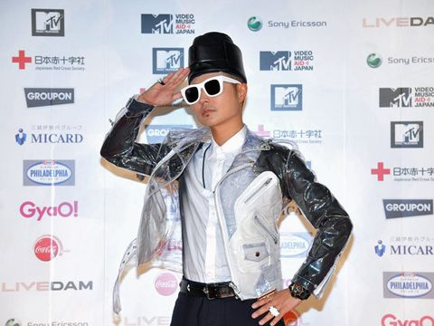 Eyewear, Arm, Vision care, Glasses, Sunglasses, Sleeve, Hat, Dress shirt, Shirt, Collar,