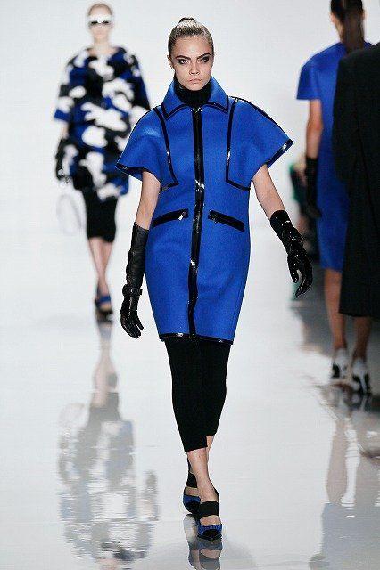 Footwear, Human, Leg, Blue, Sleeve, Human leg, Shoulder, Joint, Outerwear, Fashion show,