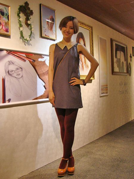 Shoulder, Human leg, Joint, Picture frame, Knee, Tights, Visual arts, One-piece garment, Foot, Stocking,