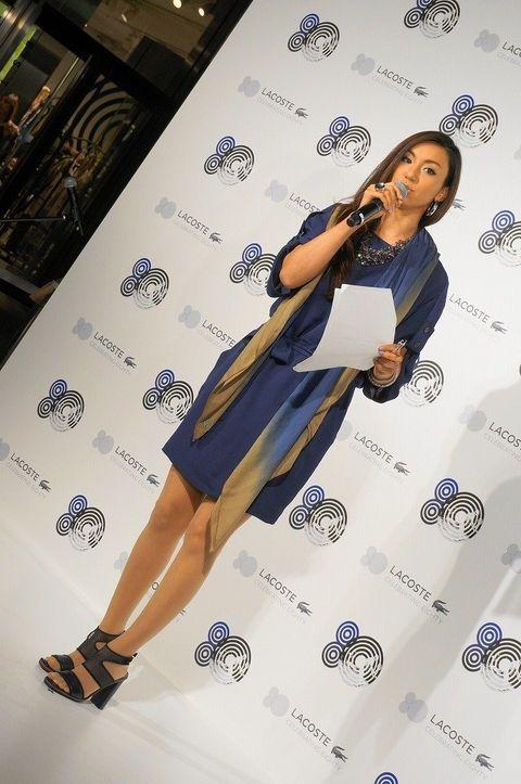 High heels, Shoe, Human leg, Microphone, Style, Fashion accessory, Sandal, Knee, Fashion, Fashion model,