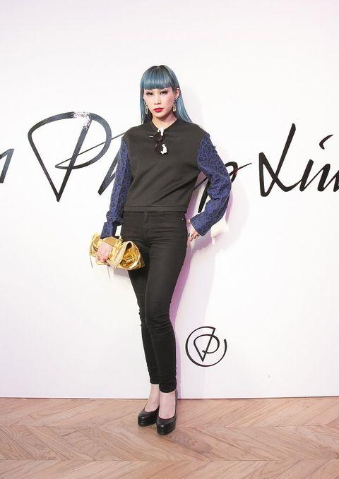 Sleeve, Flooring, Style, Floor, Fashion, Costume design, Electric blue, Wood flooring, Fashion design, Costume,