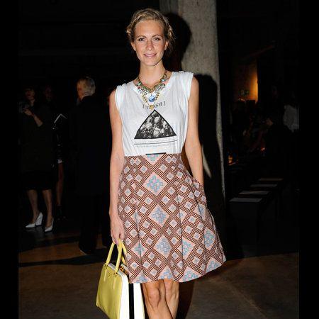 Footwear, Brown, Human leg, Shoulder, Jewellery, Joint, Bag, Dress, Style, Fashion accessory,