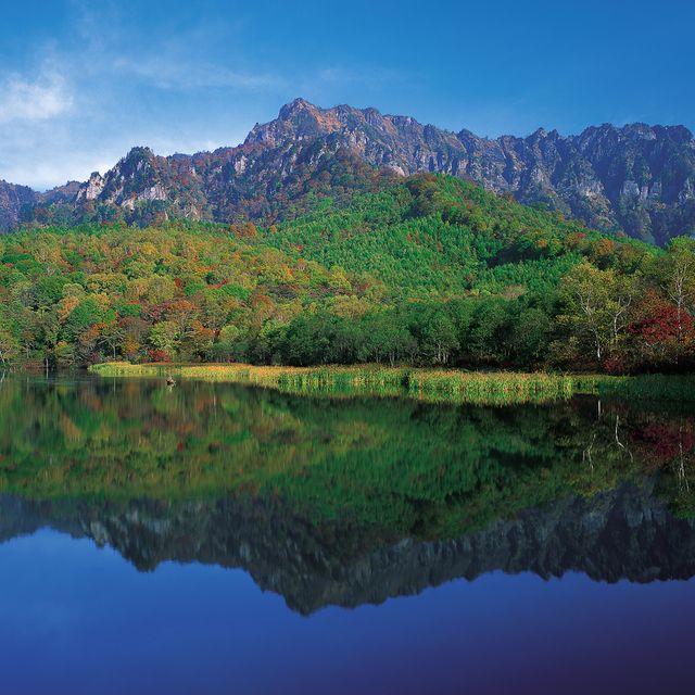 Reflection, Nature, Natural landscape, Body of water, Mountain, Mountainous landforms, Water, Tarn, Sky, Lake,