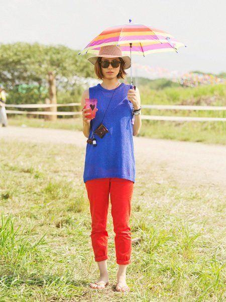 Eyewear, Sleeve, Textile, Sunglasses, Umbrella, Summer, People in nature, Street fashion, Magenta, Bag,