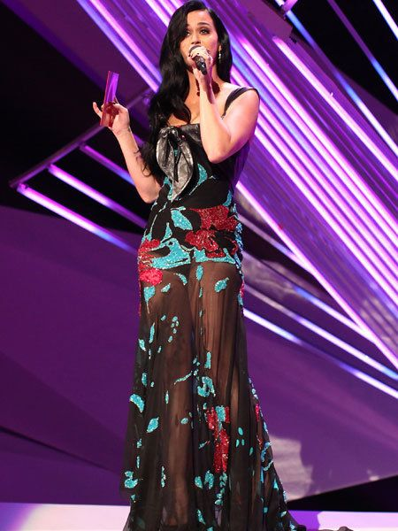 Microphone, Event, Entertainment, Audio equipment, Purple, Dress, Formal wear, Music artist, Fashion accessory, Violet,