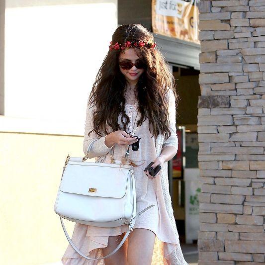 Leg, Bag, Hat, Shoe, Human leg, Fashion accessory, Boot, Street fashion, Sunglasses, Goggles,
