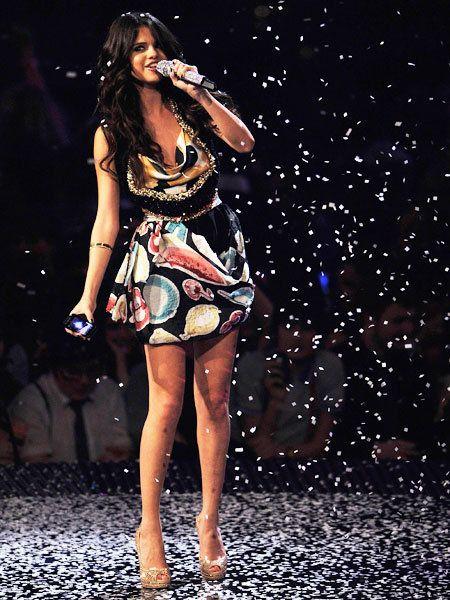 Microphone, Audio equipment, Human body, Human leg, Dress, Music artist, High heels, Pop music, Singing, Fashion accessory,