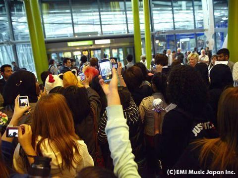 Crowd, Camera, Gadget, Cameras & optics, Video camera, Multimedia, Mobile phone, Audience, Digital camera, Convention,