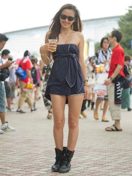 Clothing, Eyewear, Footwear, Leg, Vision care, Human leg, Sunglasses, Style, Street fashion, Boot,