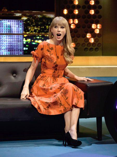 Leg, Lighting, Human leg, Dress, One-piece garment, Thigh, Display device, Cocktail dress, Day dress, Blond,