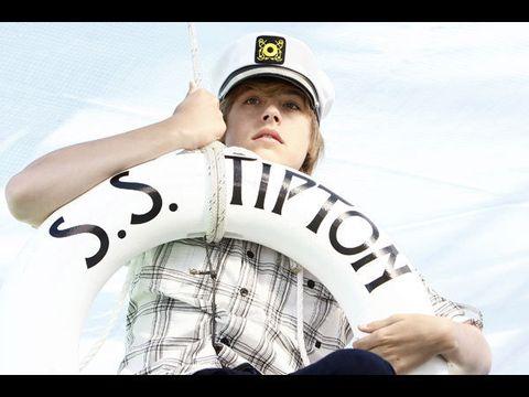 Cap, Sleeve, Hand, Wrist, Headgear, Street fashion, Bracelet, Gesture, Baseball cap, Trucker hat,