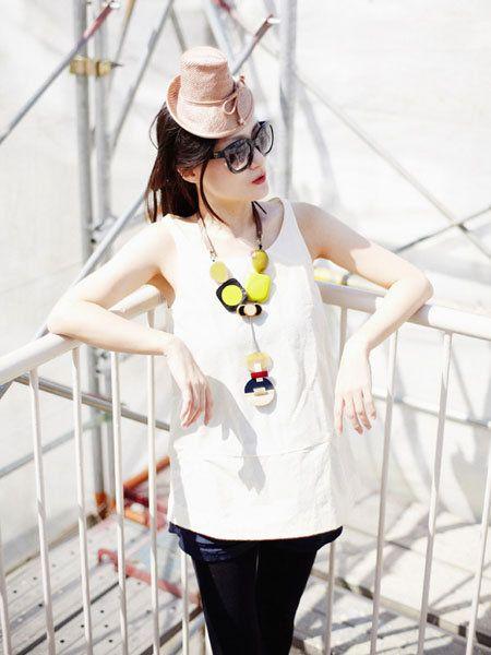 Eyewear, Vision care, Sleeve, Goggles, White, Sunglasses, Hat, Fashion accessory, Costume accessory, Street fashion,