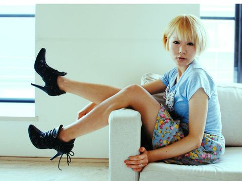 Human leg, Sitting, Comfort, Bangs, Fashion accessory, Insect, Knee, Invertebrate, Couch, High heels,