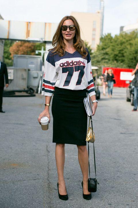 Clothing, Eyewear, Leg, Sleeve, Shoulder, Human leg, Standing, Bag, Style, T-shirt,
