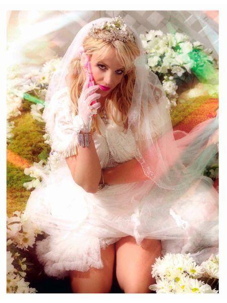 Mouth, Shoe, Beauty, Long hair, Fashion model, Embellishment, Model, Headpiece, Hair accessory, Photo shoot,
