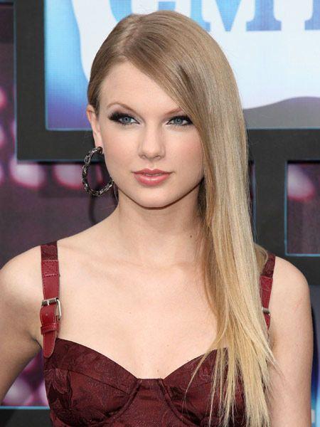 Lip, Hairstyle, Eyelash, Beauty, Fashion, Eye liner, Model, Display device, Fashion model, Long hair,