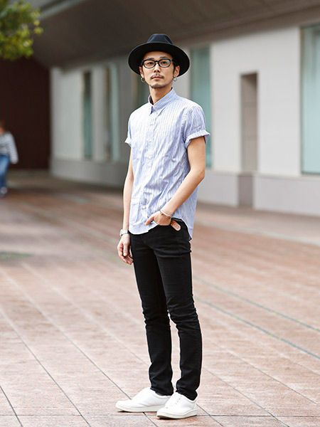 Clothing, Leg, Hat, Sleeve, Trousers, Shoulder, Shirt, Standing, Joint, White,
