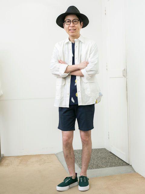 Clothing, Hat, Sleeve, Collar, Dress shirt, Shirt, Human leg, Standing, T-shirt, Shorts,