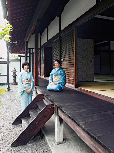 Temple, Tints and shades, Kimono, Shade, Costume,