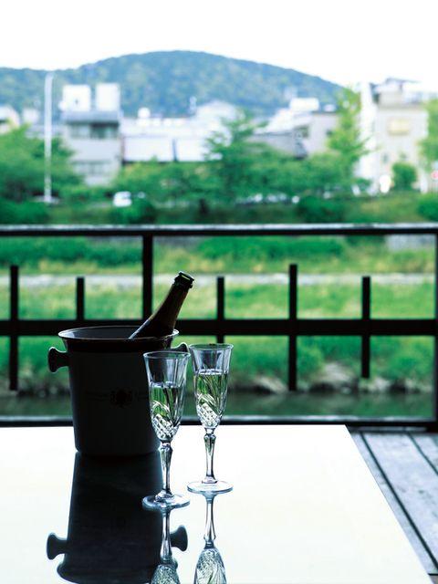 Serveware, Drinkware, Glass, Tableware, Dishware, Still life photography, Barware, Kitchen appliance, Fence, Outdoor table,