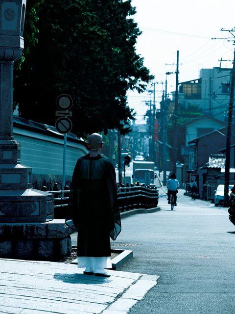 Infrastructure, Neighbourhood, Street, Sidewalk, Street fashion, Street light, Pedestrian, Overcoat, Shadow,