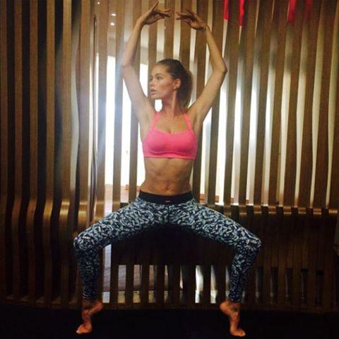 Human leg, Shoulder, Joint, Exercise, Waist, Chest, Physical fitness, Abdomen, Knee, Active pants,