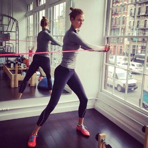 Leg, Human leg, Active pants, Room, Sportswear, Exercise, yoga pant, Physical fitness, Knee, Thigh,