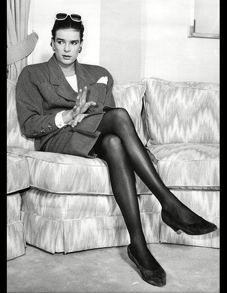 Leg, Sitting, Style, Knee, Blazer, Black, Black-and-white, Monochrome, Monochrome photography, Goggles,