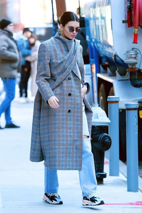 Clothing, Street fashion, Fashion, Coat, Trench coat, Overcoat, Snapshot, Outerwear, Footwear, Tartan,