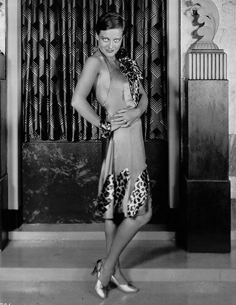 Shoulder, Human leg, Joint, Standing, Dress, Monochrome photography, Style, Monochrome, Waist, One-piece garment,