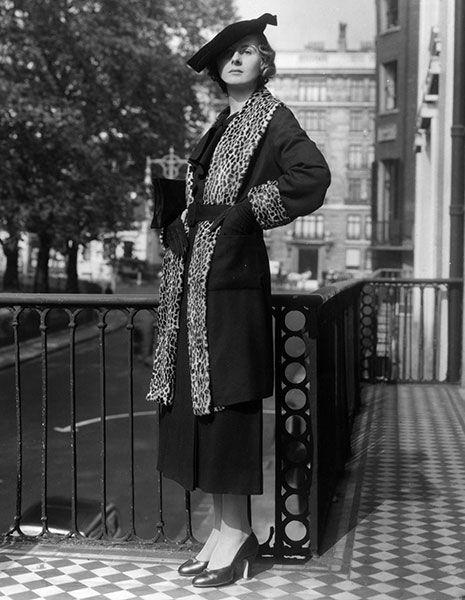 Hat, Sleeve, Coat, Monochrome, Style, Street fashion, Headgear, Black-and-white, Black, Blazer,