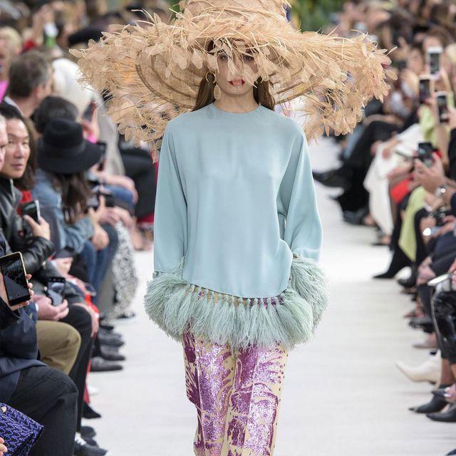 Fashion, Fashion show, Fashion model, Runway, Street fashion, Shoulder, Clothing, Haute couture, Spring, Public event,