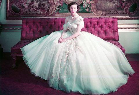 80c206c1e4963 マーガレット王女のアイコニックなドレスがヴィクトリア&アルバート ...