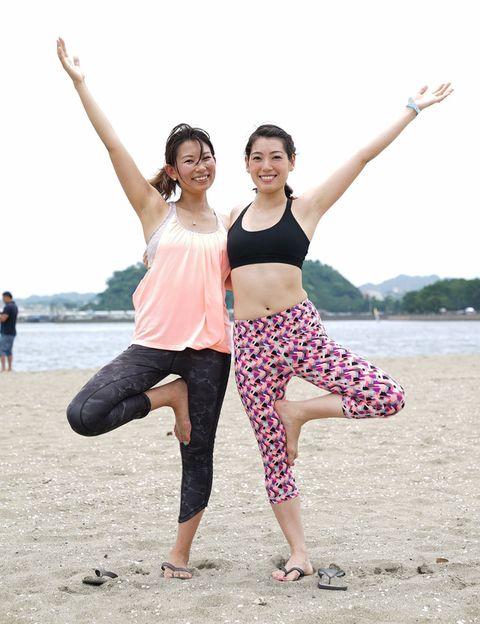 Leg, Fun, Happy, Waist, Leisure, People in nature, Summer, Active pants, Vacation, Barefoot,