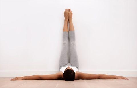 Leg, Shoulder, Physical fitness, Joint, Human leg, Arm, Sportswear, Stretching, Yoga mat, Knee,