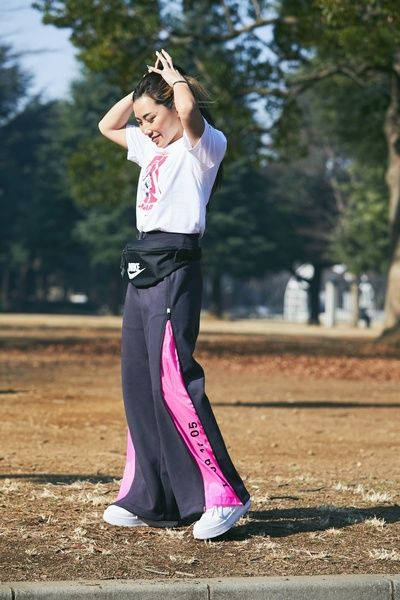 Pink, Street fashion, Sportswear, Recreation, Trousers, Photography, Competition event, Magenta, Jogging, Waist,