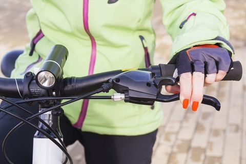Bicycle handlebar, Bicycle part, Vehicle, Hand, Bicycle accessory, Bicycle, Finger, Recreation, Personal protective equipment, Bicycle wheel,