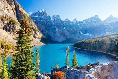 Body of water, Mountain, Natural landscape, Mountainous landforms, Nature, Lake, Wilderness, Glacial lake, Tarn, Moraine,