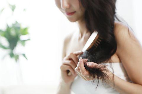 Hair, Skin, Hairstyle, Long hair, Beauty, Shoulder, Brown hair, Hand, Arm, Lip,