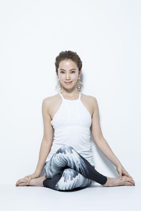 Arm, Human body, Shoulder, Elbow, Human leg, Sitting, Joint, Wrist, Barefoot, Knee,