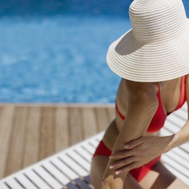 Hat, Shoulder, Elbow, Human leg, Summer, Sun hat, Headgear, Wrist, Costume accessory, Waist,