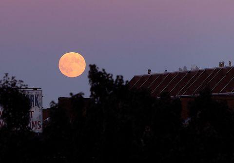 Sky, Moon, Full moon, Celestial event, Astronomical object, Light, Atmospheric phenomenon, Evening, Atmosphere, Night,