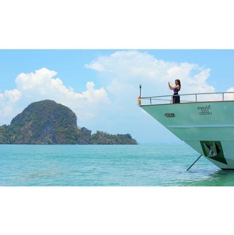 Blue, Watercraft, Boat, Coastal and oceanic landforms, Naval architecture, Aqua, Ocean, Horizon, Sea, Azure,
