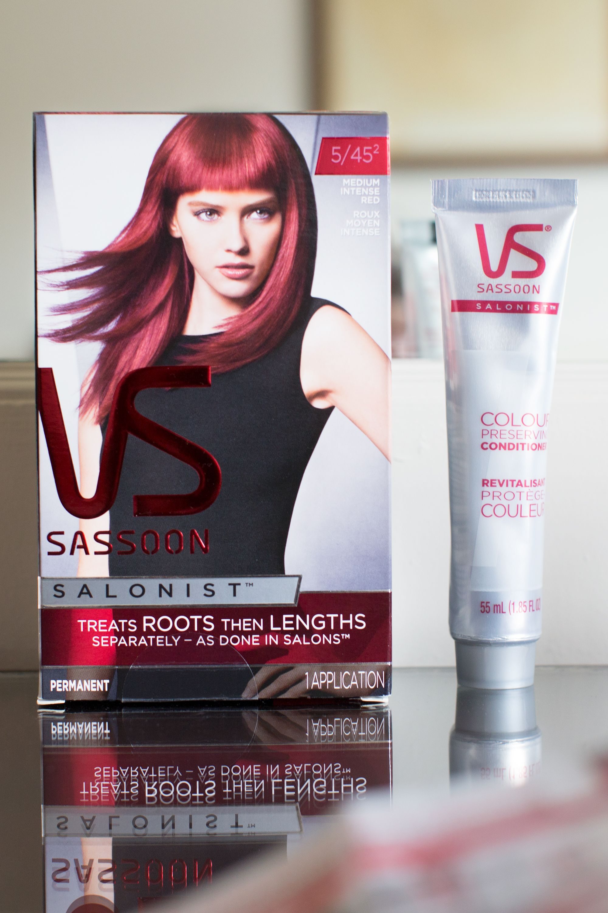 "The <a href=""http://bit.ly/1E7IJr1"" target=""_blank"">Vidal Sassoon Salonist™</a> kit comes complete with the following: one pair of protectant gloves; one tube of rich color cream; one bottle of color-activating lotion; one sachet of VS Serum™; one tube of color-preserving conditioner; one expert brush; and one expert bowl."