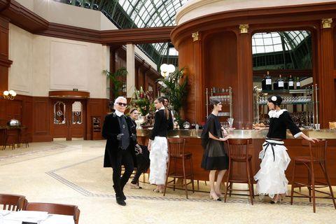 Human body, Furniture, Tablecloth, Hall, Waiting staff, Houseplant, Lobby, Daylighting,